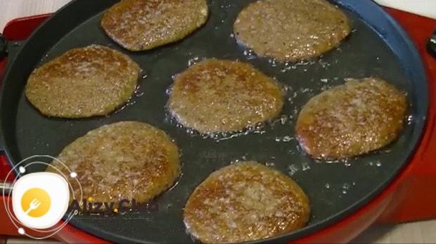 Для приготовления печеночных оладий из куриной печени с морковью подготовьте ингредиенты