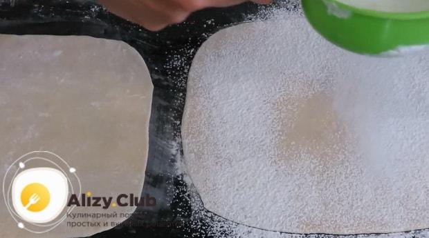 По рецепту, для приготовления тесто фило, посыпьте тесто мукой
