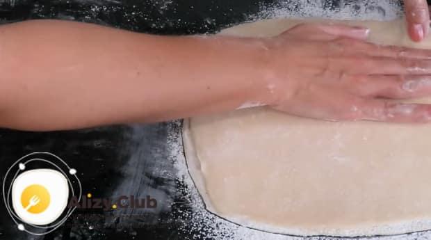 По рецепту, для приготовления тесто фило, выложите раскатанное тесто