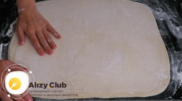 По рецепту, для приготовления тесто фило, выложите тесто слоями