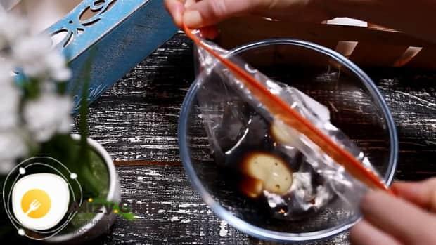 Для приготовления маринованных в соевом соусе яиц, соедините ингредиенты