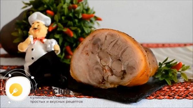 Для приготовления рульки свиной запеченной в духовке в фольге подготовьте ингредиенты