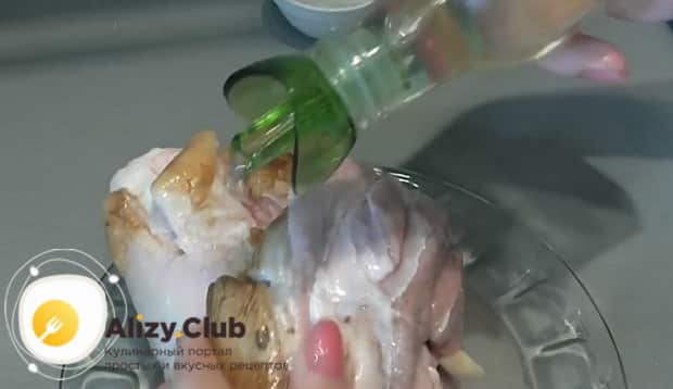 Для приготовления рульки свиной запеченной в духовке полейте рульку маслом