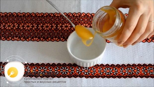 Для приготовления рульки свиной запеченной в духовке в фольге приготовьте соус