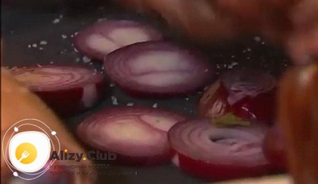 Для приготовления рульки свиной запеченной в духовке нарежьте лук