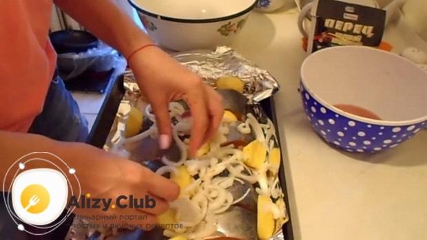 Для приготовления горбуши в духовке. по рецепту. выложите овощи на рыбу