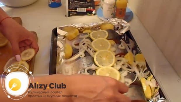 Для приготовления горбуши в духовке. по рецепту. выложите лимоны на рыбу