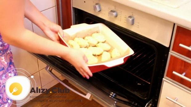 Разогрейте духовку  перед тем как приготовить картошку в духовке под сыром и майонезом