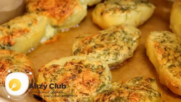 Вкусная картошка запеченная с сыром в духовке готова.