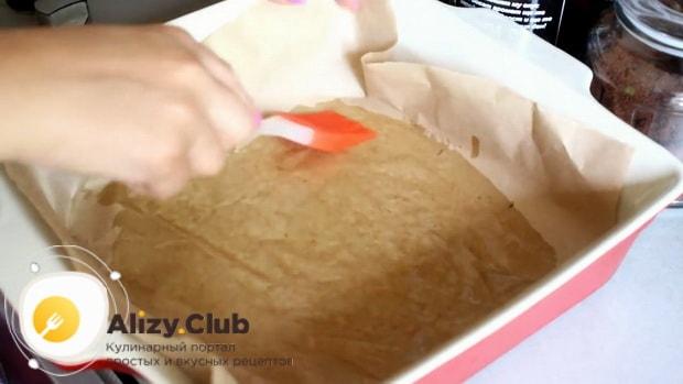 Смажьте противень перед тем как приготовить картошку в духовке под сыром и майонезом