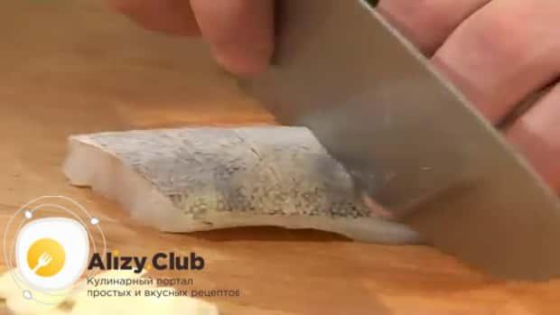 Для приготовления судака запеченного в духовке, по рецепту, нарежьте рыбу