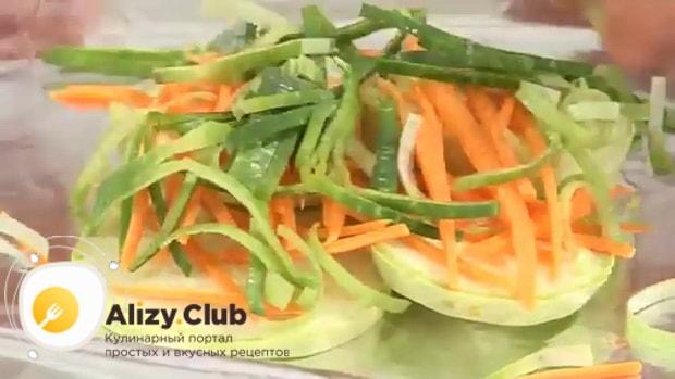 Для приготовления судака запеченного в духовке, по рецепту, выложите овощи на фольгу