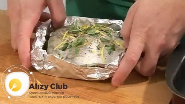 Для приготовления судака запеченного в духовке, по рецепту, приготовьте тарелочку из фольги