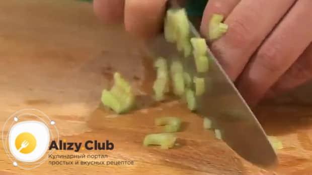 Для приготовления судака запеченного в духовке, по рецепту, нарежьте сельдерей