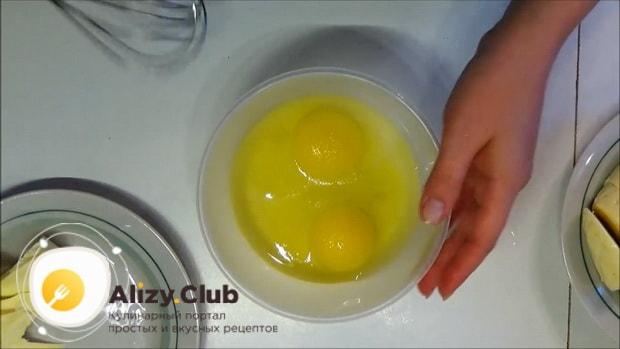 Для приготовления жареного сыра, перемешайте яйца