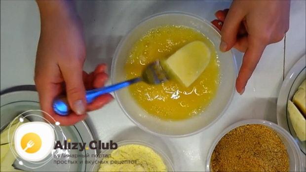 Для приготовления жареного сыра, обмакните сыр в яйцах