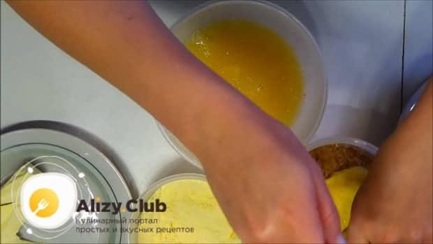 Для приготовления жареного сыра, запанируйте сыр