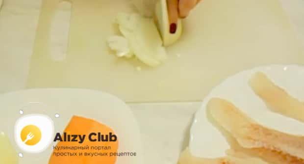 Для приготовления минтая жареного с морковью и луком. нарежьте ингредипенты