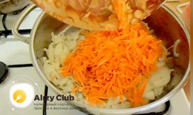 Для приготовления минтая жареного с морковью и луком. обжарьте овощи