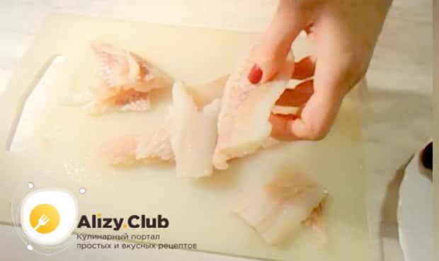 Для приготовления минтая жареного с морковью и луком. посолите рыбу