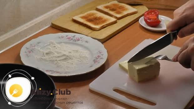 Для приготовления жареного сыра, нарежьте сыр