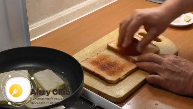 Для приготовления жареного сыра, приготовьте тосты