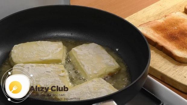 Для приготовления жареного сыра, обжарьте сыр
