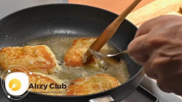 Для приготовления жареного сыра, обжарьте сыр с двух сторон