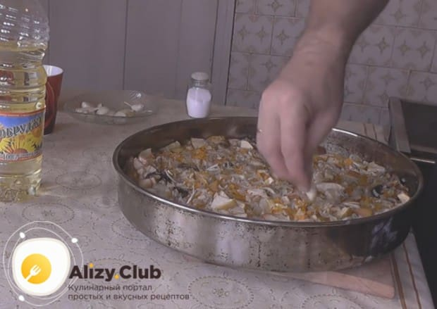 В полуготовое блюдо вкладываем неочищенные зубки чеснока.