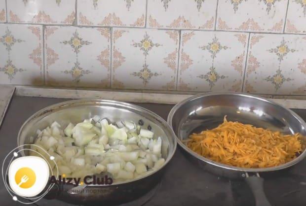 Кладем в сковороду лук,а на другой до мягкости жарим морковку.