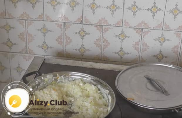 К луку добавляем рис и готовим его до прозрачности.