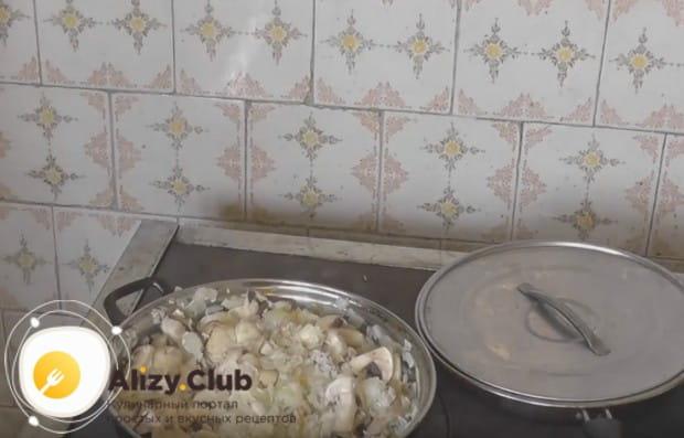 Добавляем на сковороду грибы, перемешиваем.