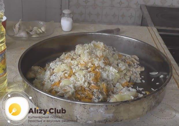 Рис и все подготовленные овощи перекладываем в форму для запекания, перемешиваем.