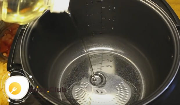 Включаем мультиварку и наливаем в чашу растительное масло.