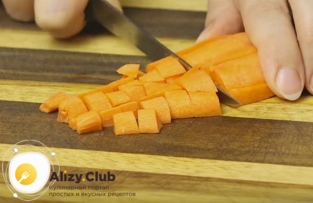Маленьким кубиком режем морковку.