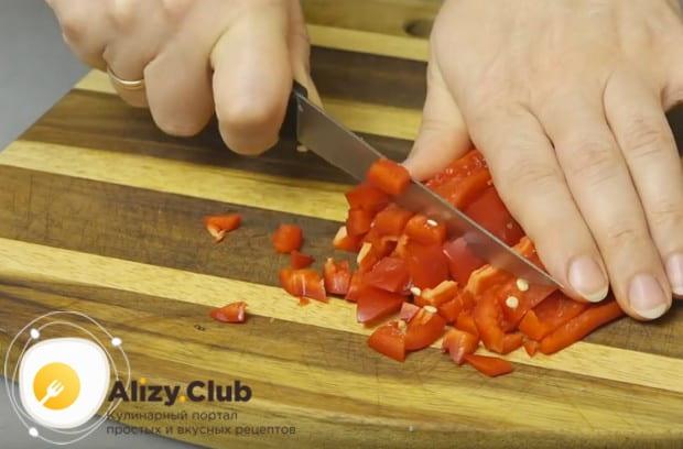 Мелко режем болгарский перец.