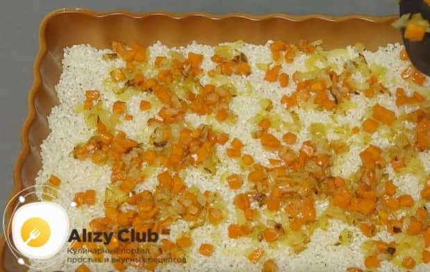 На рис выкладываем пропассерованые морковь и лук.