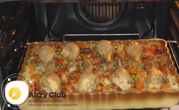 Запекаем рис с овощами и курицей в духовке.