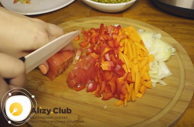 Мелко нарезаем морковку, болгарский перец и помидор.