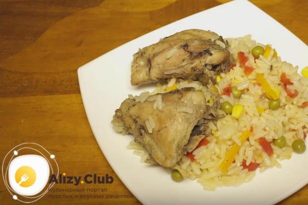 В конце приготовления добавляем в блюдо зеленый горошек и кукурузу, перемешиваем и подаем.