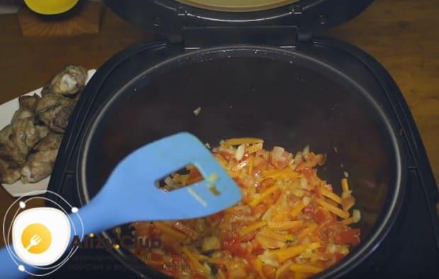 закладываем в мультиварку все нарезанные овощи, перемешиваем и готовим.