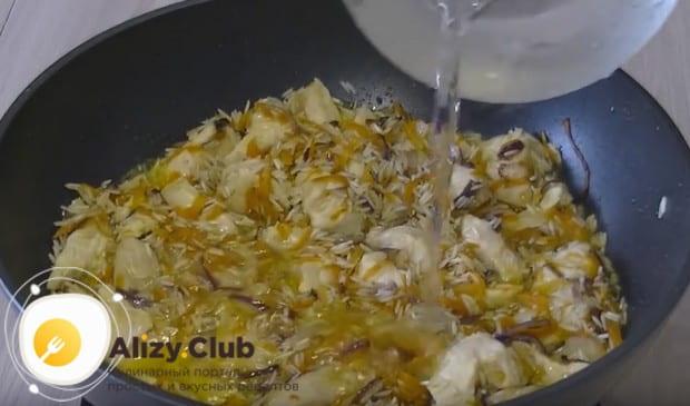 Заливаем компоненты блюда в сковороде водой.