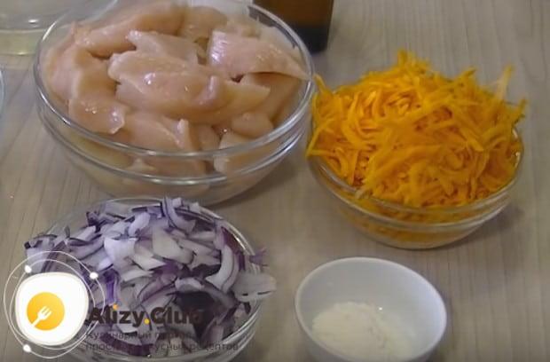 Морковку трем на крупной терке и полукольцами нарезаем лук.