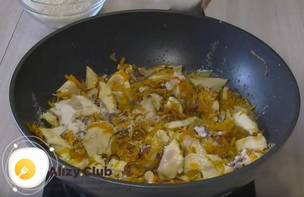 Обжариваем компоненты блюда вместе, а затем солим.