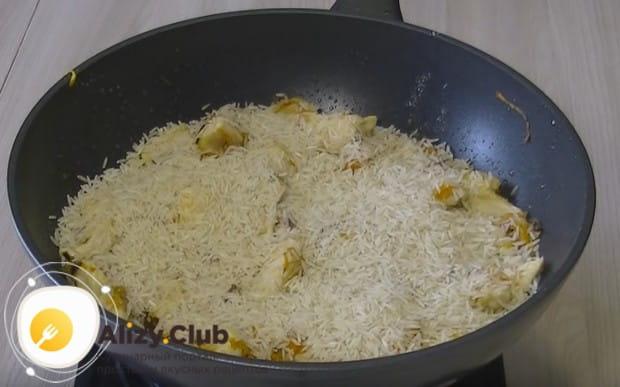 Выкладываем в сковороду рис.