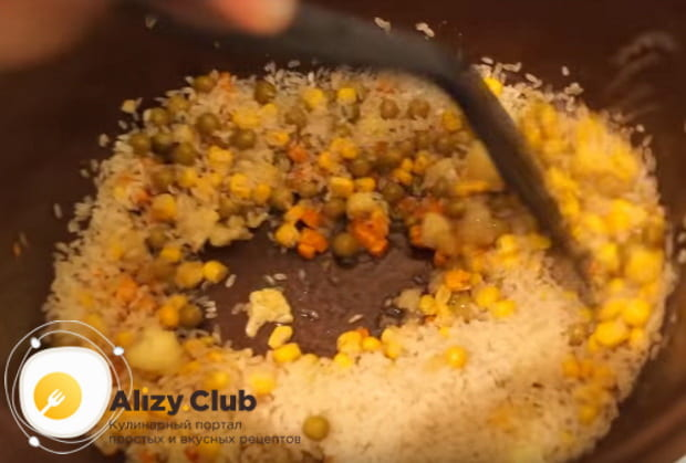 выкладываем в чашу мультиварки сухой рис