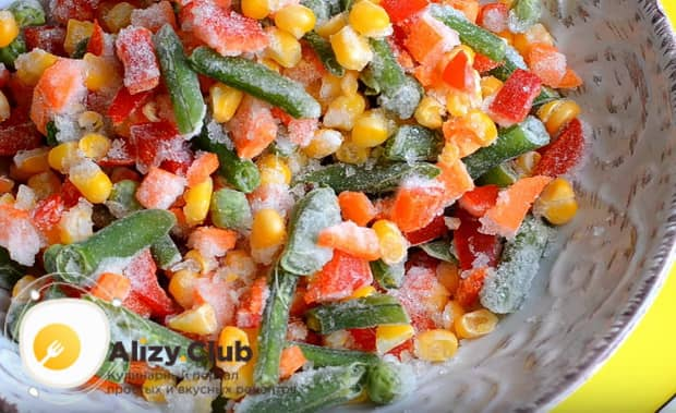 Выкладываем в глубокую миску замороженной мексиканской овощной смеси