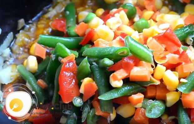 добавляем овощную смесь