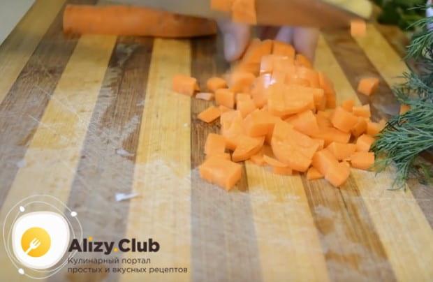 Мелко нарезаем морковку.