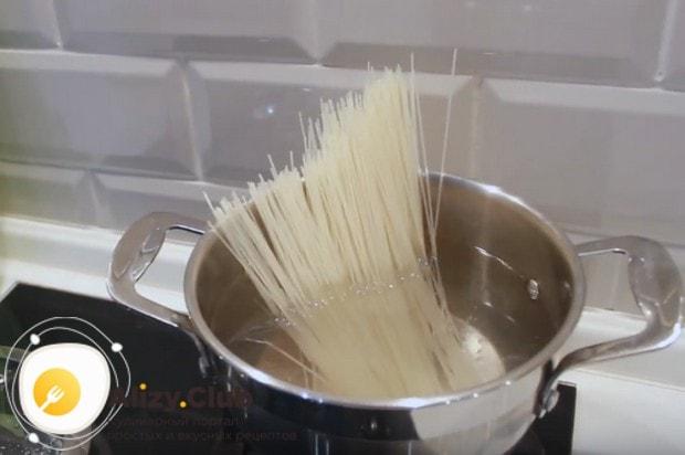 Когда вода закипит, кладем в нее рисовую лапшу.